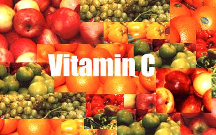 Vitamin C trong Baush + Lomb Ocuvite thúc đẩy quá trình tuần hoàn máu tới các mao mạch trên võng mạc, ngăn ngừa tiến trình thoái hóa hoàng điểm do tuổi tác
