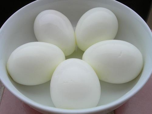 Cách trị thâm quầng mắt bằng trứng gà và dưa chuột