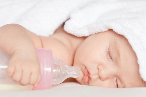 Mẹo cho con bú an toàn không bị sặc sữa