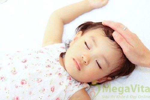 Bé ra nhiều mồ hôi trộm khi ngủ có sao không?