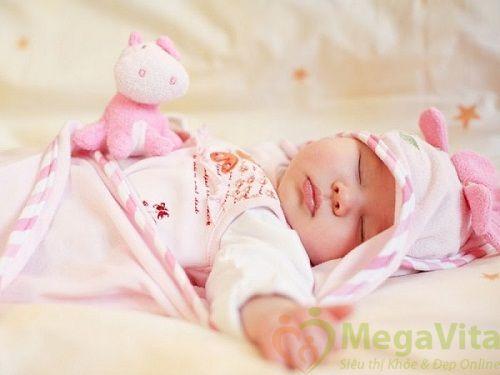 - trẻ bú sữa