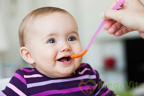 Khi nào mới cho trẻ ăn cơm được
