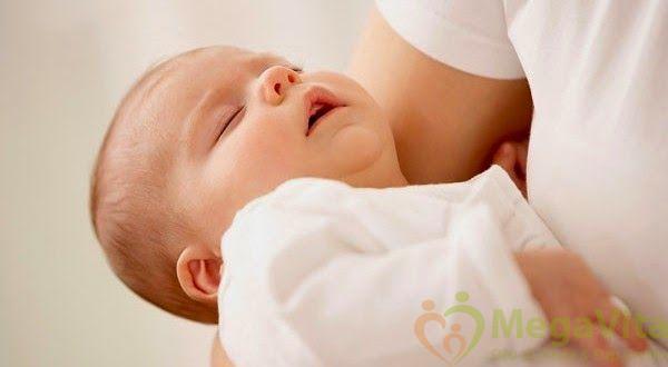 Trẻ sơ sinh thở khò khè vào ban đêm có bị sao không ?