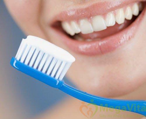 Cách tẩy tế bào chết cho môi bằng kem đánh răng