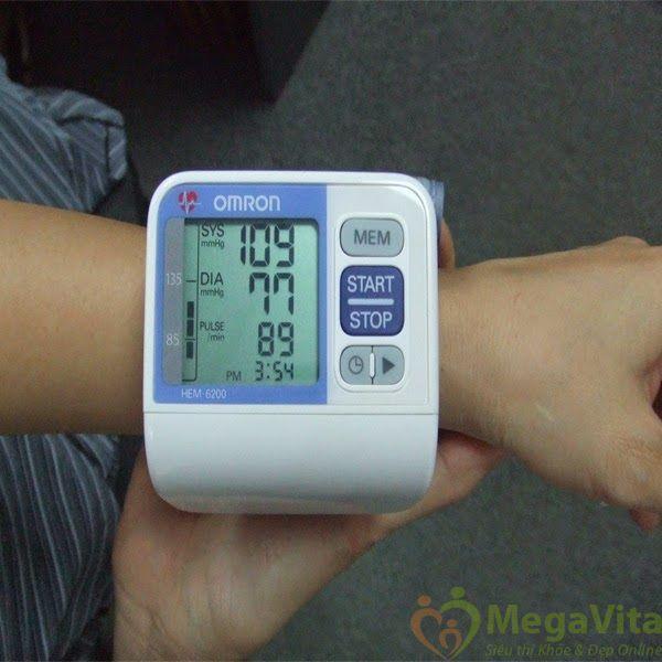 Nên chọn máy đo huyết áp cổ tay hay bắp tay